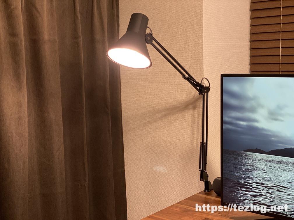 山田照明 LEDデスクスタンド Z-Light Z-108N ウォールナットデスクでの使用風景