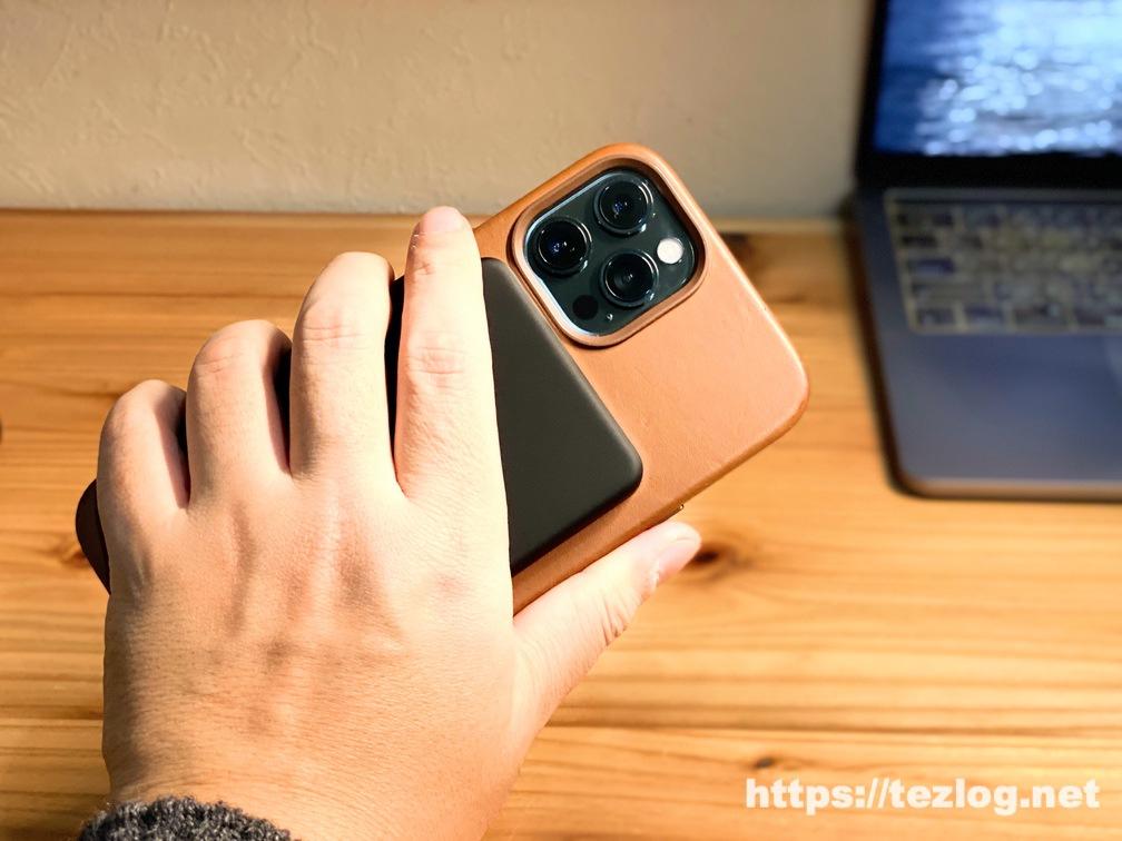 CIO MagSafe対応モバイルバッテリー CIO-MB5000-MAG-BKをiPhone 12 Pro MaxにMagSafeで貼り付けて充電しながら手に持つ