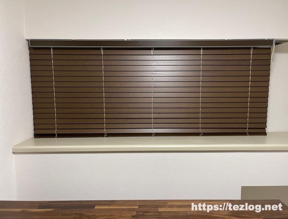 木製ブラインドを取り付けた窓