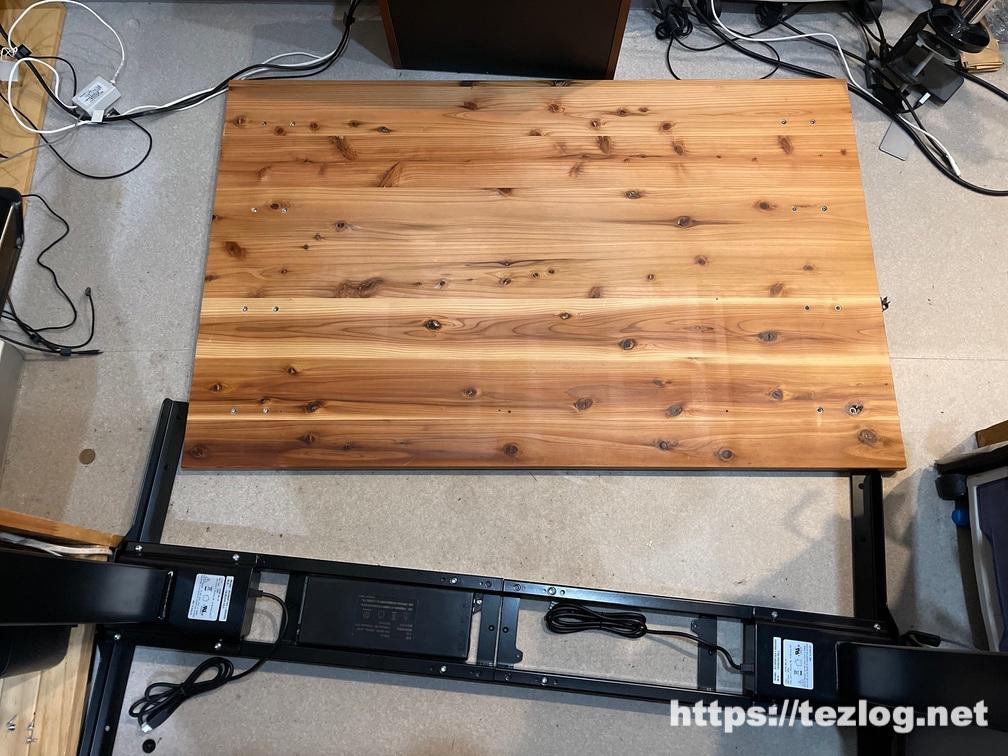 FLEXISPOT 電動式スタンディングデスク E7 組み立て中 かなでものの杉無垢材天板