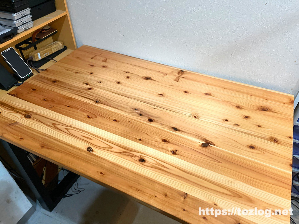 1年2ヶ月使用したかなでものの杉無垢材のデスク天板