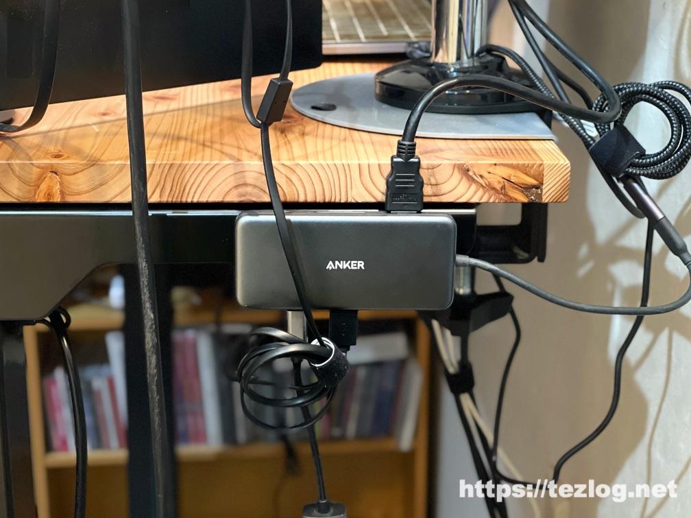 マグネットを付けたAnker Premium USBハブをデスクのスチール脚に貼り付け