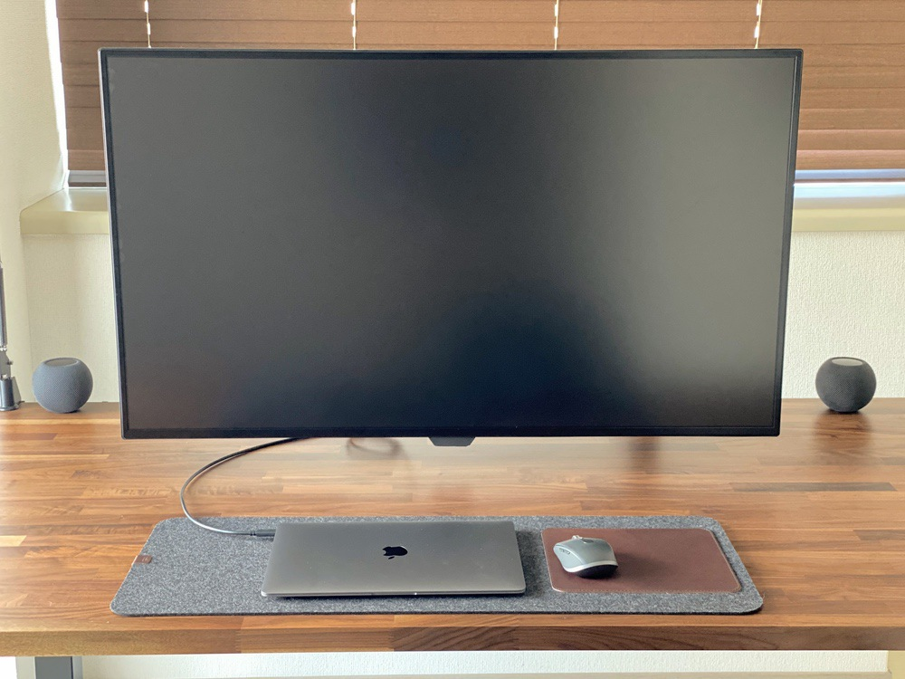 HomePod mini 2個でステレオペアに。机の上でMacBook Airと42.5インチモニターと共に。