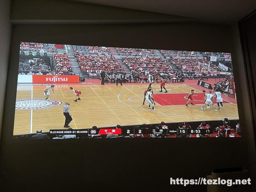 XGIMI モバイルプロジェクター Mogo Pro 5.5帖の寝室での使用風景 DAZNでバスケも大画面