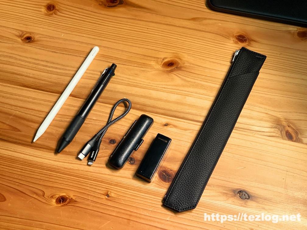 TAVARAT シュランケンカーフレザー ペンケース Tps-133 とApple Pencil、ジェットストリームボールペン 4+1 、短いライトニングケーブル、印鑑、コンパクトホッチキスのサイズ比較