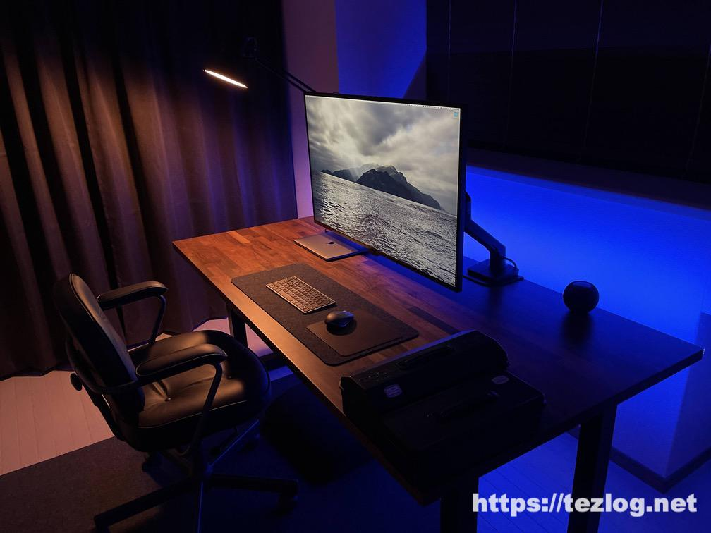 Philips Hue LEDテープライト リボンライトプラス ホームオフィスのウォールナットデスク天板の縁に貼っての使用風景 濃いブルー