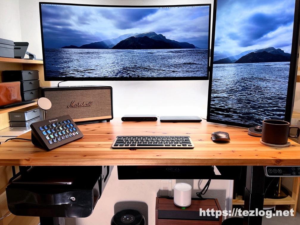 かなでものの杉無垢材天板のFLEXISPOT伝道師キスタンディングデスク。M1 MacBook Airとデュアルモニターデスク環境