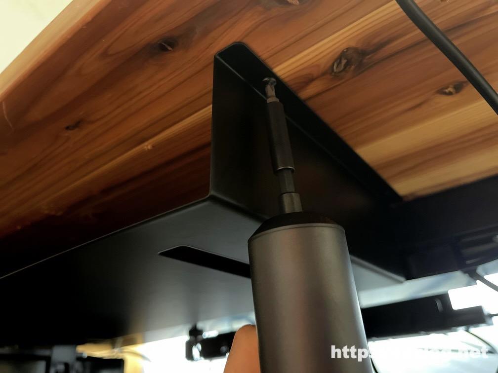 山崎実業 towerシリーズ テーブル下 収納ラックを電動ドライバーで取り付け