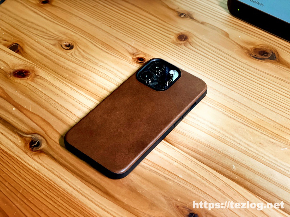 NOMAD Modern Leather Case iPhone 13 Pro Rustic Brownを装着したiPhone 13 Pro