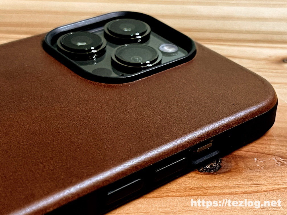 NOMAD Modern Leather Case iPhone 13 Pro Rustic Brownを装着したiPhone 13 Pro レンズ部分アップ